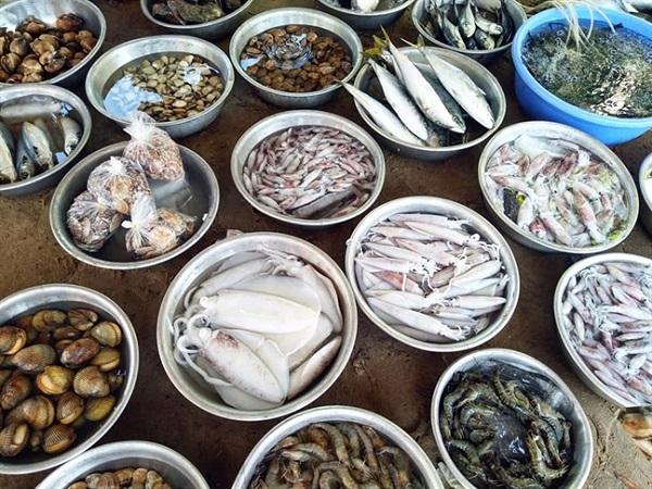 Hải sản vô cùng tươi mới với mức giá rẻ tại chợ hải sản Hồ Tràm